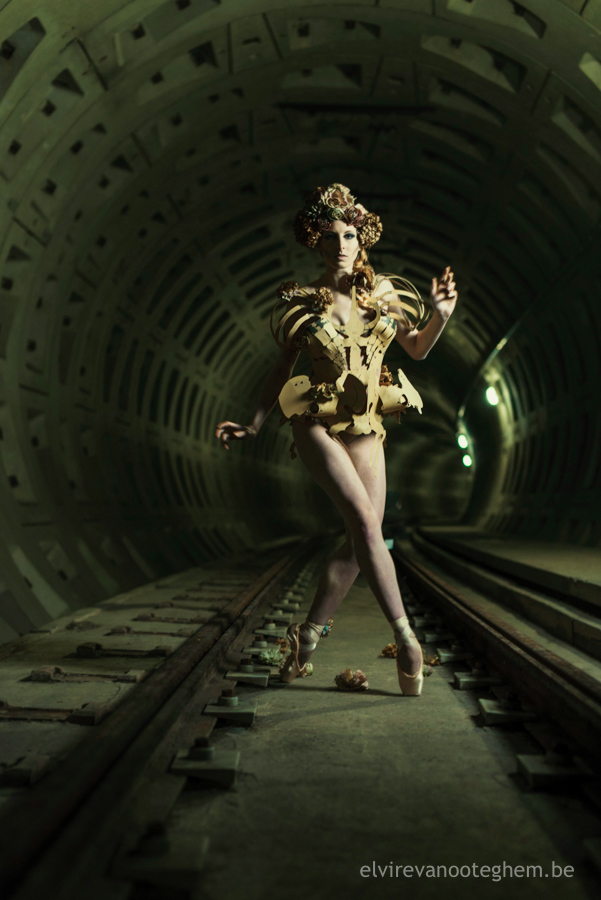 skeleton corset underground dark gothic fashion pointe duister ondergronds fotoreeks tunnel profoto